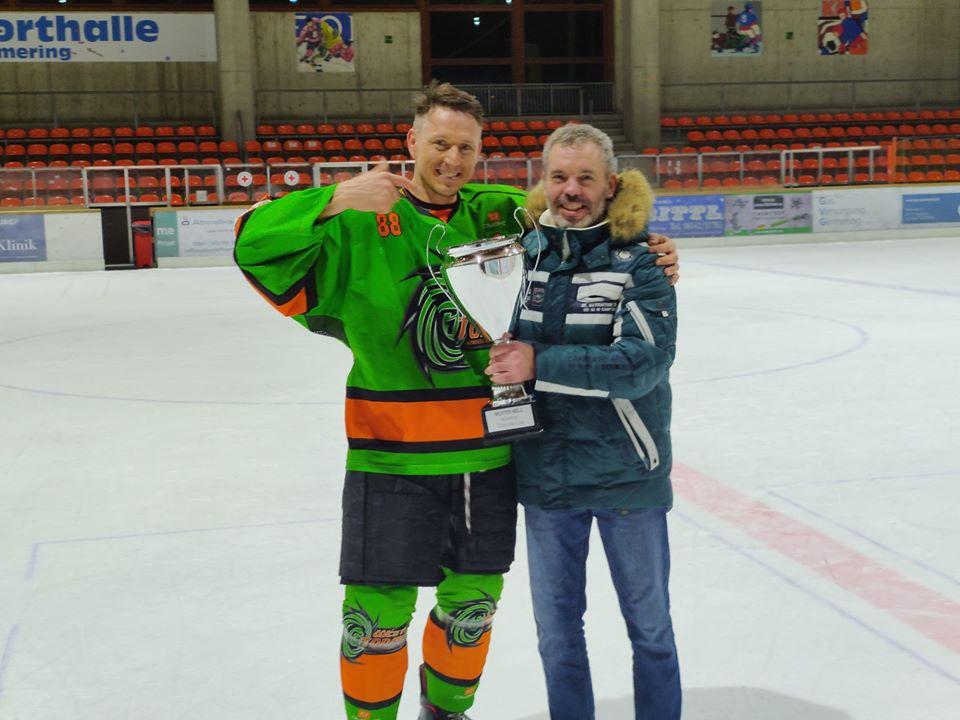 Captain Dimitri Warkentin mit Coach Walter Schickaneder